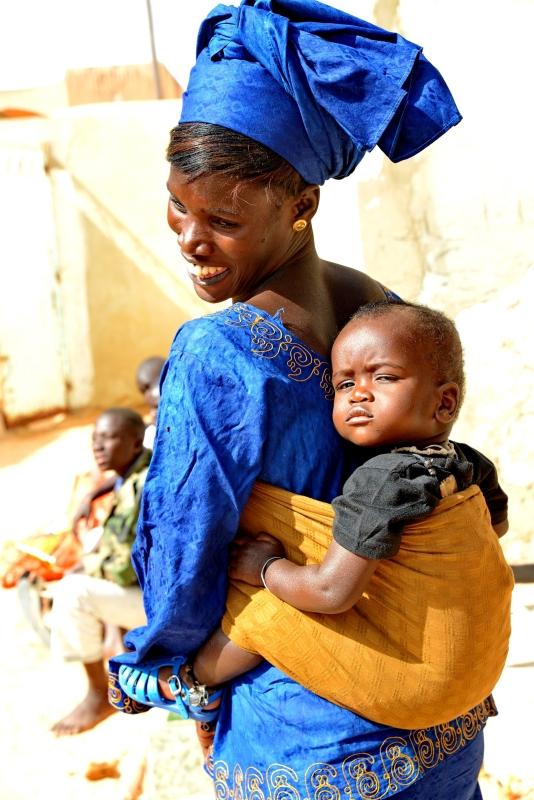 Máig szokás, hogy a gyerekeket a hátukra kötve hordozzák az asszonyok. másolata